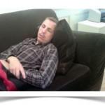 John schlafar på Fabrikens soffa